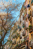 巴塞罗那,西班牙- 2016年4月19日:在哥特式出生的distric的中世纪大厦 免版税库存图片