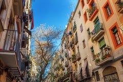 巴塞罗那,西班牙- 2016年4月19日:在哥特式出生的distric的中世纪大厦 免版税图库摄影