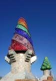 巴塞罗那,西班牙- 12月11日:在屋顶的五颜六色的烟囱 免版税库存照片