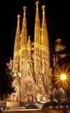 巴塞罗那,西班牙- 2013年1月06日:庄严Sagrada Familia大教堂在夜 免版税库存图片