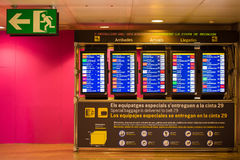 巴塞罗那,西班牙- 2017年4月20日:机场信息委员会-到来和离开显示 图库摄影