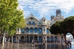 巴塞罗那,西班牙- 2016年4月17日:港务局大厦和哥伦布广场 免版税库存照片