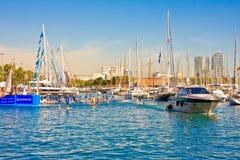 巴塞罗那,西班牙- 2014年10月18日:游艇在Por在巴塞罗那,西班牙 这个口岸巴塞罗那旧港口一  免版税库存照片