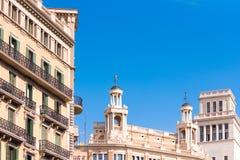 巴塞罗那,西班牙- 2017年2月16日:美丽的大厦在市中心 概念有蓝色背景 复制文本的空间 免版税库存图片