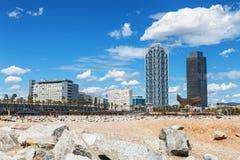 巴塞罗那,西班牙- 2016年4月17日:许多人民走和休息沿著名Barceloneta沙子海滩的边 库存照片