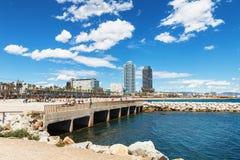 巴塞罗那,西班牙- 2016年4月17日:许多人民走和休息沿著名Barceloneta沙子海滩的边 免版税图库摄影