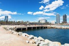 巴塞罗那,西班牙- 2016年4月17日:许多人民走和休息沿著名Barceloneta沙子海滩的边 免版税库存图片