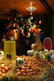 巴塞罗那,西班牙- 2014年4月12日:鸡蛋安装在La梅卡de Sant何塞普Boqueria 2个所有时段小鸡概念复活节彩蛋开花草被绘的被安置的年轻人 库存图片