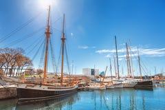 巴塞罗那,西班牙- 2016年4月17日:说谎在口岸Vell海军陆战队员的许多游艇 免版税图库摄影