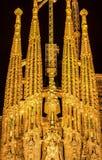 巴塞罗那,西班牙- 2016年8月11日:Sagrada Familia有启发性诞生门面在晚上 库存照片