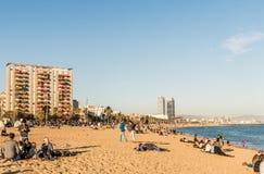 巴塞罗那,西班牙- 2015年12月30日-在的Barceloneta海滩 免版税库存图片