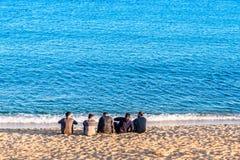 巴塞罗那,西班牙- 2015年12月30日- Barceloneta海滩的人 库存照片