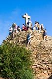 巴塞罗那,西班牙- 10月19,2014 :三个十字架ormonumentto受难象小山的游人在公园Guell 免版税库存图片