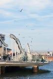 巴塞罗那,西班牙- 4月08 :兰布拉de 3月,在t的一座现代桥梁 免版税图库摄影
