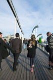 巴塞罗那,西班牙- 4月08 :兰布拉de 3月,在t的一座现代桥梁 库存照片
