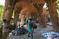巴塞罗那,西班牙- 7月8 :纪念品卖主在著名公园Guell 免版税库存照片