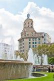 在placa de Catalunya -著名正方形的喷泉在巴塞罗那 免版税库存图片