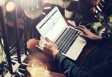 巴塞罗那,西班牙- 01 02 2016年:人报名参加facebook页 普通设计膝上型计算机在他的膝盖 社会网络屏幕 免版税库存照片