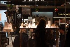 巴塞罗那, CARRER台尔圣诞老人安娜, 2015年12月-访客检查主要西班牙百货商店EL CORTE INGLES商店窗口  免版税库存照片