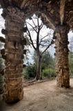 巴塞罗那: 在公园Guell,著名和美丽的公园的惊人的石曲拱由Antoni Gaudi设计了 图库摄影