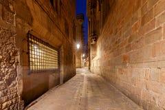 巴塞罗那 巴塞罗那哥特式闪亮指示运输路线晚上季度 库存图片