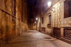 巴塞罗那 巴塞罗那哥特式闪亮指示运输路线晚上季度 免版税库存照片