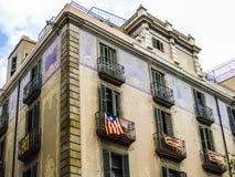 巴塞罗那建筑学-与卡塔龙尼亚旗子的老大厦-西班牙殖民地建筑学 库存图片