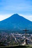 塞罗de la Cruz和阿瓜火山 库存图片