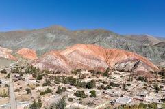 塞罗de los Siete Colores, Purnamarca, Argentin遥远的看法  库存图片