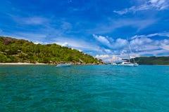 塞舌尔群岛和小船的热带海岛 免版税库存图片