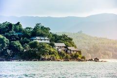 塞舌尔群岛海岸线看法与房子的在森林里 免版税库存照片