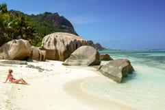 塞舌尔群岛热带海滩的美丽的少妇 库存照片