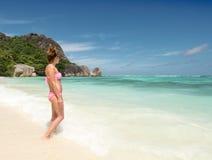 塞舌尔群岛热带海滩的美丽的少妇 免版税图库摄影