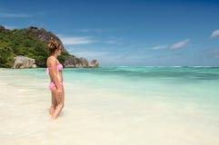 塞舌尔群岛热带海滩的美丽的少妇 免版税库存图片