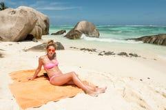 塞舌尔群岛热带海滩的美丽的少妇 免版税库存照片