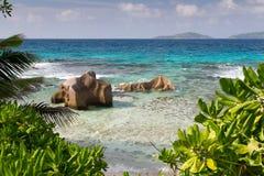 塞舌尔群岛用turqouise水和大石头和全部gree 库存图片