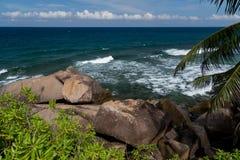 塞舌尔群岛,其中一个与大石头和很多计划的海滩 库存图片