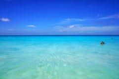 塞舌尔群岛- 2016年3月14日:天蓝色的透明海洋水和蓝天风景海景  海滩沙子热带白色 图库摄影