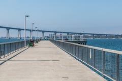 塞萨尔・查韦斯有科罗纳多桥梁的公园码头在圣地亚哥 免版税库存图片