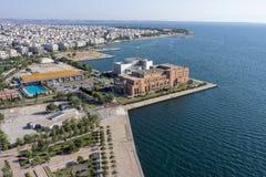 塞萨罗尼基音乐堂和Kalamaria郊区,鸟瞰图 免版税库存照片
