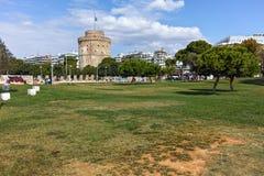 塞萨罗尼基,希腊- 2017年9月30日:与白色塔的都市风景在市塞萨罗尼基,希腊 库存照片