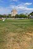 塞萨罗尼基,希腊- 2017年9月30日:与白色塔的都市风景在市塞萨罗尼基,希腊 免版税库存图片