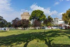 塞萨罗尼基,希腊- 2017年9月30日:与白色塔的都市风景在市塞萨罗尼基,希腊 免版税库存照片