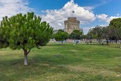 塞萨罗尼基,希腊- 2017年9月30日:与白色塔的都市风景在市塞萨罗尼基,希腊 图库摄影
