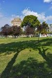 塞萨罗尼基,希腊- 2017年9月30日:与白色塔的都市风景在市塞萨罗尼基,希腊 库存图片