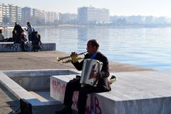 塞萨罗尼基,希腊- 2015年12月28日:街道音乐家在塞萨罗尼基沿海岸区,希腊 库存照片
