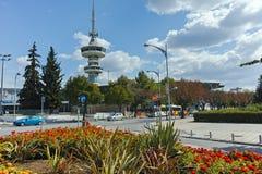 塞萨罗尼基,希腊- 2017年9月30日:OTE塔和花在前面在市塞萨罗尼基,希腊 库存图片