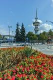 塞萨罗尼基,希腊- 2017年9月30日:OTE塔和花在前面在市塞萨罗尼基,希腊 库存照片