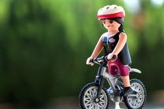 塞萨罗尼基,希腊- 2018年8月14日:Playmobil被隔绝的骑自行车者形象 免版税库存照片