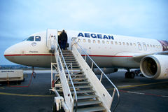 塞萨罗尼基,希腊- 2016年10月16日, :上飞机在机场调遣或机场围裙  免版税图库摄影